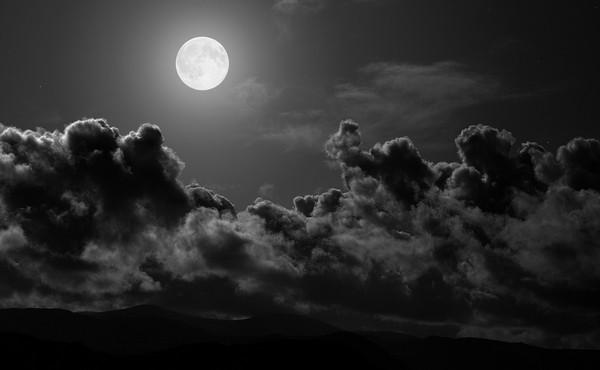 Le sommeil de votre bébé est plus agité pendant les nuits de pleine lune