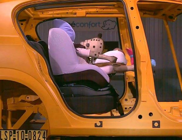 Test de sécurité de siège auto bébé